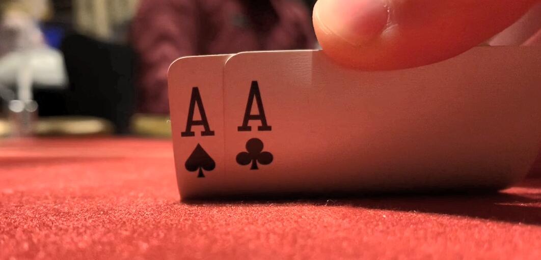 【辣眼视频】上桌就拿AA,中顶暗三还在五人底池全下,谁知后面画风急转直下