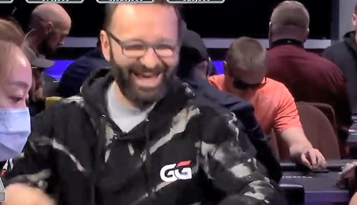 【辣眼视频】拿到AA的最好时机就是这了!丹牛看到对手的牌表情大变